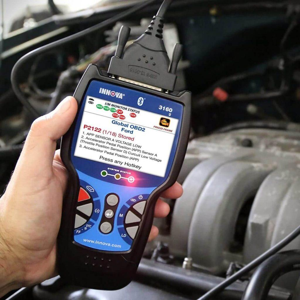 Auto mechanic using INNOVA 3160RS Pro OBD2 Scanner