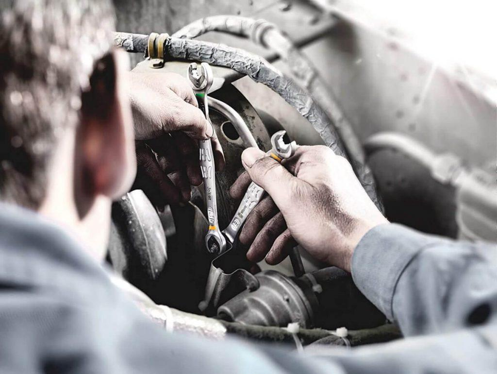 Auto mechanic using Wera ratcheting wrenches